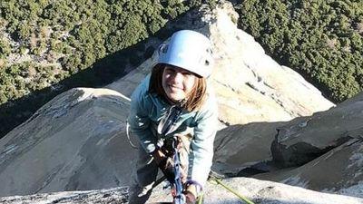 Bé gái 10 tuổi chinh phục đỉnh núi khó leo nhất thế giới