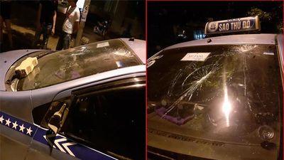Cho rằng bị 'chặt chém', nhóm người nước ngoài hành hung tài xế, đập phá taxi ở Hà Nội