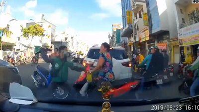 Tài xế Grab lấy mũ bảo hiểm đập vào đầu người phụ nữ tranh nhau đường đi