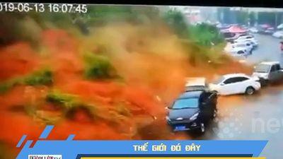 Lở đất kinh hoàng vùi lấp nhiều ô tô