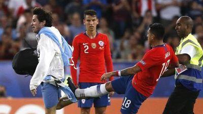Cầu thủ Chile tấn công CĐV xông vào sân có nguy cơ nhận án phạt nặng