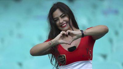 Nữ CĐV thích khoe ngực của ĐT Paraguay tái xuất tại Copa America