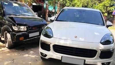 Chủ xe Isuzu 'méo mặt' vì đâm phải xe sang Porsche Cayenne