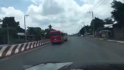 Hai xe ô tô rượt đuổi nhau như phim hành động trên đường
