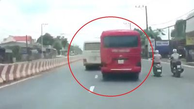 Clip: Thót tim cảnh hai xe khách lạng lách, rượt đuổi nhau, kết thúc bằng màn hỗn chiến