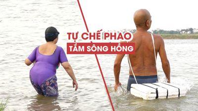 Nắng nóng 40 độ C, người Hà Nội chế phao buộc cổ ra sông Hồng tắm