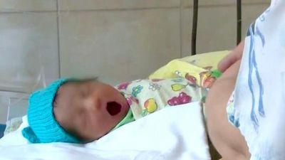 Trẻ sơ sinh bị bỏ rơi trong bụi rậm, danh tính 'người hùng' khiến ai cũng bất ngờ