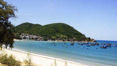 Cận cảnh bãi biển đẹp như tranh bị 'đầu độc' bởi rác thải