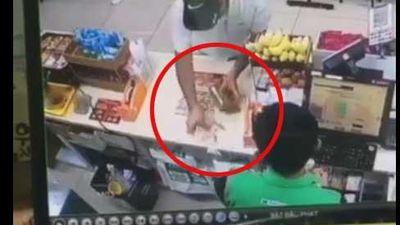 Góc cảnh giác: Người đàn ông ngoại quốc giả vờ đổi tiền lẻ, dùng thủ thuật 'cuỗm' hơn chục triệu đồng trong nháy mắt