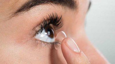 Đeo kính áp tròng khi tắm, người đàn ông bị mù mắt