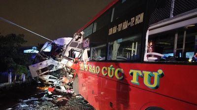 Hiện trường xe khách đối đầu xe tải, 2 tài xế thiệt mạng trong cabin