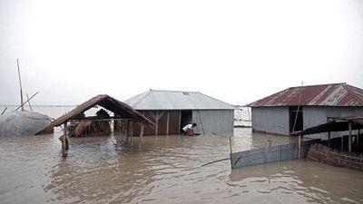 Hãi hùng lũ lụt hoành hành Nam Á, hơn 100 người chết