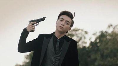 Sốc với cảnh quay Soobin Hoàng Sơn chĩa súng vào thái dương tự sát