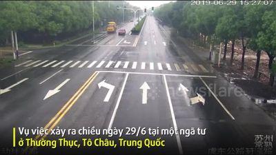 Tài xế chạy xe thiếu quan sát khiến một bên kính lái ô tô bị cột điện đâm thủng