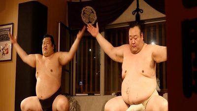 Nhà hàng 'quái đản', khách đang ăn lao vào vật nhau cùng sumo