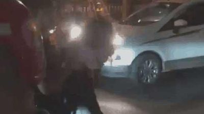Cô gái một mực đòi lao đầu vào ô tô, đám đông náo loạn hét: 'Trói lại, gọi công an đi'