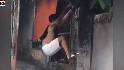 Clip: Vừa buồn cười vừa 'sôi máu' nhìn nam thanh niên đánh đu đến mức... đổ cả trụ cổng luôn