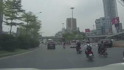 Sang đường không quan sát, 2 học sinh đi xe máy gây tai nạn