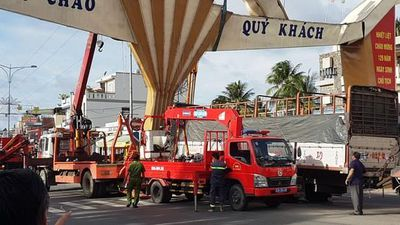 CLIP: Xe tải lao thẳng vào trụ cổng chào TP Mỹ Tho