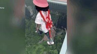 Bé gái 3 tuổi tự tin bước đi trên cây cầu kính cao nhất thế giới