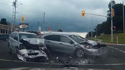 Vượt đèn đỏ, hai SUV lao đầu vào nhau cực mạnh