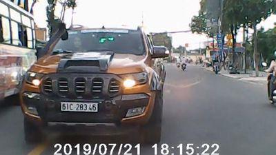Tài xế bán tải chạy ngược chiều thách thức xe khác gây bão mạng xã hội