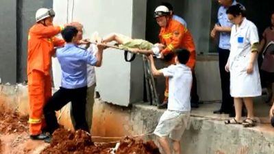 Giải cứu bé gái bị ngã và mắc kẹt trong khe tường rộng 20cm