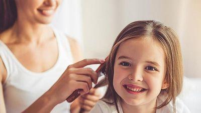 Bé gái mắc hội chứng ngất xỉu khi chải tóc
