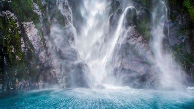 Chiêm ngưỡng dòng thác chảy ầm ầm từ vách đá cao 162 m ở New Zealand