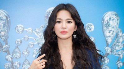 Song Hye Kyo hậu ly hôn chuộng diện váy xẻ sâu, trang điểm đậm