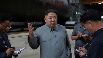 Chủ tịch Kim Jong-un thị sát tàu ngầm mới đang được đóng