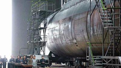 Nhà lãnh đạo Kim Jong-un hé lộ tàu ngầm tấn công 'siêu to khổng lồ'