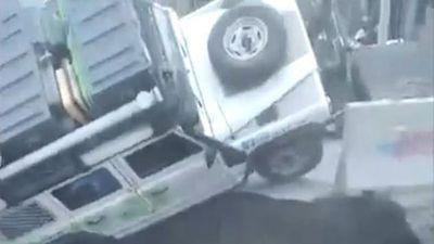 Hố tử thần bất ngờ 'lôi tuột' ô tô chở gia đình có con nhỏ