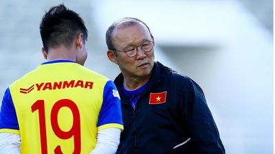 Thầy Park ân cần thăm hỏi Văn Hậu sau chấn thương