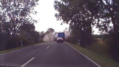 Đâm nhau trực diện trên đường hẹp, hai xe tải bung hết thùng hàng
