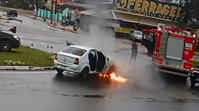 Chiếc ô tô may mắn khó tin khi đang cháy thì gặp xe cứu hỏa đi qua
