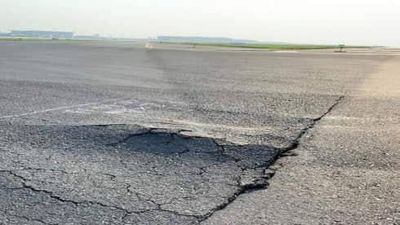Sân bay Nội Bài gặp 'bài toán khó' trong việc sửa chữa đường băng xuống cấp