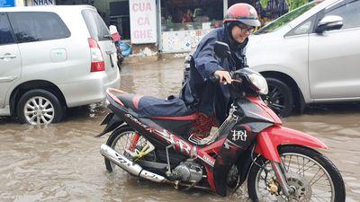 Đường Sài Gòn ngập sâu sau cơn mưa kéo dài 1 giờ