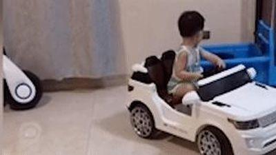 Cậu bé 4 tuổi ở Trung Quốc đỗ xe đồ chơi chuyên nghiệp