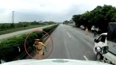 Clip CSGT Hải Dương suýt bị container tông vì chạy ra đường quốc lộ rượt xe máy