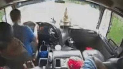 Tài xế đột quỵ tử vong, lái phụ kịp tấp xe tải vào lề