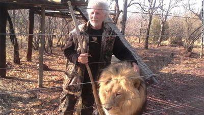 Nuôi sư tử làm cảnh, bị cả bầy giết chết