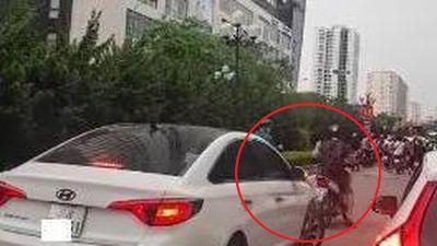 Clip: Người đàn ông nước ngoài chặn không cho ô tô đi vào đường BRT ở Hà Nội