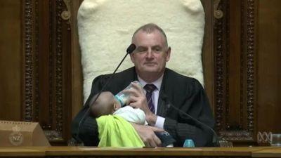 Chủ tịch Quốc hội New Zealand bế và cho em bé ăn trong phiên họp