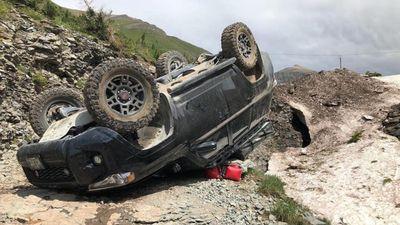 Toyota gặp nạn lật ngửa bên bờ vực, phượt thủ may mắn thoát chết