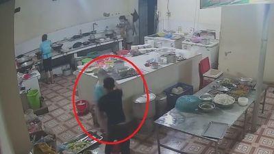 Cộng đồng mạng sốc với clip thanh niên vào tận bếp tạt a xít cô gái