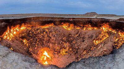 Cổng địa ngục, sét núi lửa và các hiện tượng tự nhiên ngoạn mục