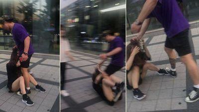 Trêu chọc nữ du khách nhưng bị phớt lờ, người đàn ông lao vào đánh đập cô gái dã man để trút giận