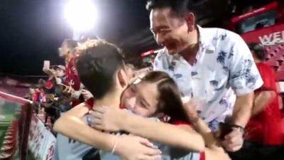 Văn Lâm ôm hôn em gái sau chiến thắng của Muangthong