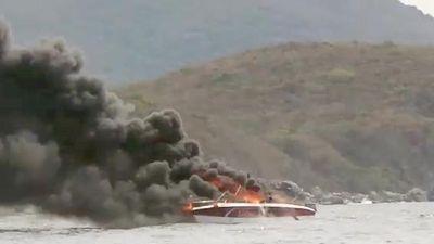 Cháy cano trên vịnh Nha Trang, khói đen bốc lên ngùn ngụt